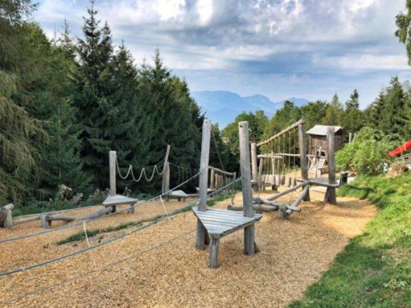 Großer und schöner Spielplatz mit tollen Geräten, der sich unmittelbar vorm Eingang zum Baumwipfelpfad im Salzkammergut befindet.