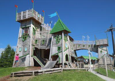 Eine Burg oder ein Schloss ist zu sehen - ein Paradies für Kinder