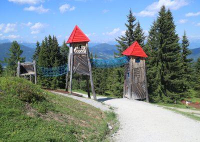 Drei Türme, die durch eine Hängebrücke verbunden sind