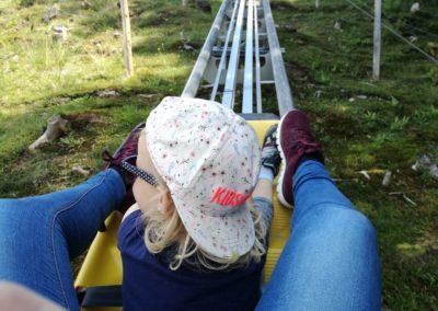 Mama und Tochter fahren mit dem Alpine Coaster