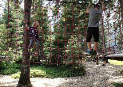 Papa und Tochter hängen in den Seilen