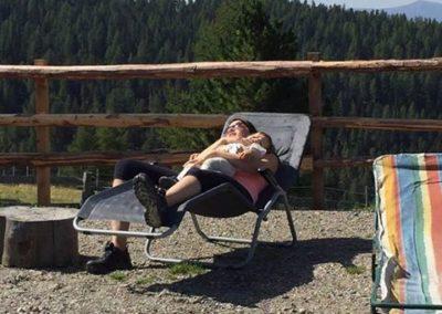 Mama schläft auf einem Liegestuhl mit dem Baby