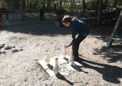 Bub spielt mit Figuren - sogenanntes Bauernschach.