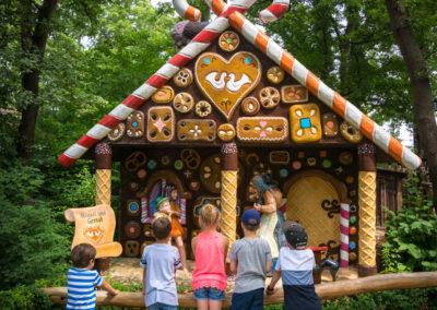 Kinder stehen vor Lebkuchenhaus im Familypark im Burgenland