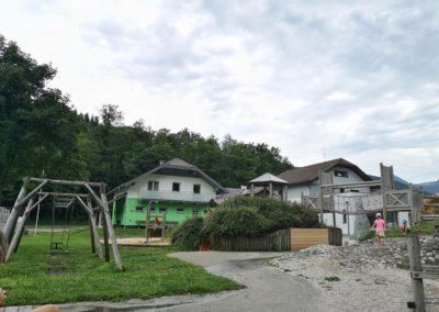 Der Spielplatz ist sowohl für große als auch kleine Kinder geeignet.