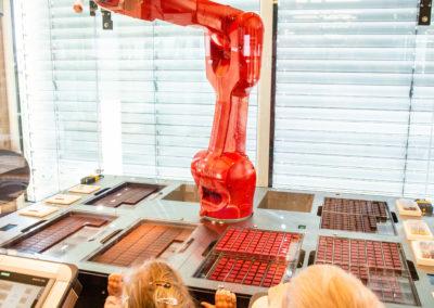 Der Schoko-Roboter. Ein Highlight von vielen in der Zotter Erlebniswelt. Credit: Jacqueline Jud/Zotter Schokoladen