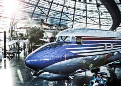 Formel 1-Boliden und Flugzeuge finden sich in dem tollen Gebäude