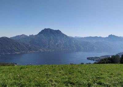 Der familienfreundliche Wanderweg am Gmundnerberg im Salzkammergut bietet ein tolles Panorama