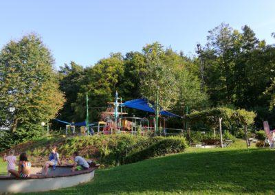 Ideal für Familien - viel Spielplatz und viel Grün